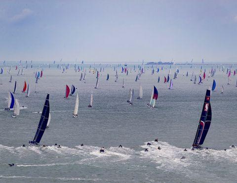 Une flotte massive sort du Solent lors de la Rolex Fastnet Race 2019